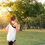 En kvinne som løper